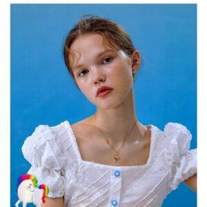 Une jeune fille qui porte un Collier licorne étoile lune