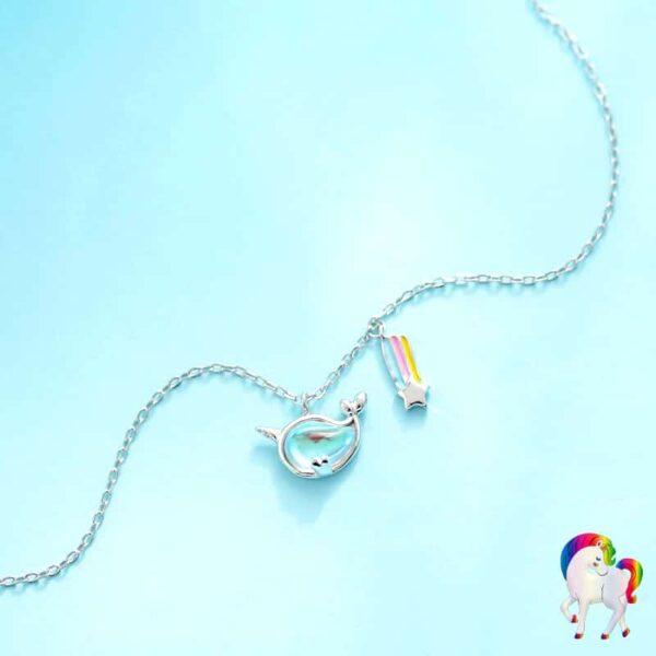 Collier arc-en-ciel de licorne vu de prêt sur une table