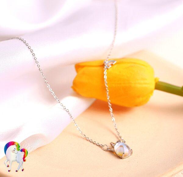 un Collier licorne joyau magique sur un présentoir