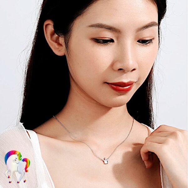 Une jeune fille qui porte un Collier avec pendentif licorne vu de prêt