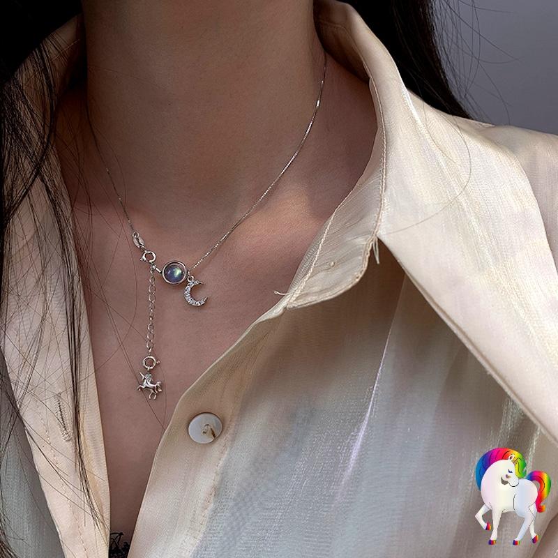 Jeune femme qui porte un Collier pendentif licorne argent avec une chemise