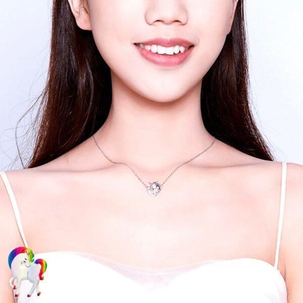 Une jeune fille qui porte un Pendentif licorne argent vu de prêt