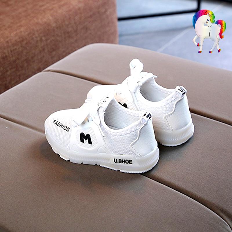 Baskets lumineuses licornes blanche vue de coté sur vue chaise
